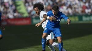 Marcelo pelea un balón con el getafense Portillo