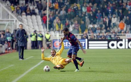 Alves, en una acci�n del partido