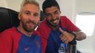 Messi y Su�rez, en el avi�n antes de despegar con destino a Inglaterra