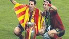 Xavi y Busquets posaron con el trofeo de la Euro con la bandera catalana