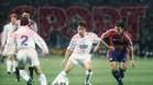 Amor pugna un balón con Martín Vázquez en el clasico de la temporada 94/95 que ganó el Real Madrid 5-0.