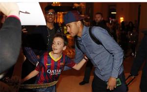 Neymar firma autógrafos a un seguidor