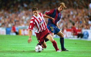Fernando Torres y Gaizka Mendieta durante el Barça-Atlético de la Liga 2002-03 en el Camp Nou