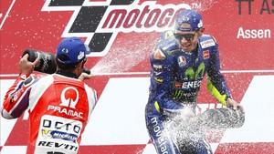 Rossi celebra su victoria en el podio de Assen
