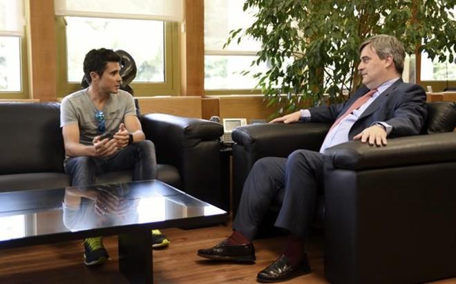 Javier G�mez Noya durante su encuentro con Miguel Cardenal