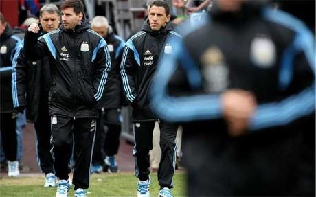 Leo Messi saluda durante un desplazamiento con la selecci�n de Argentina en la gira por Estados Unidos