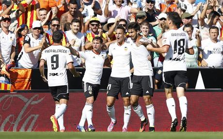 Los jugadores del Valencia celebran uno de sus goles frente al Espanyol