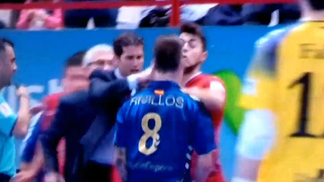 El puñetazo del entrenador de El Pozo Murcia a un jugado del Inter Movistar