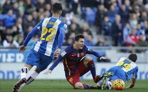 Messi, muy vigilado, estrelló una falta en la cruceta