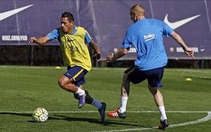 Mathieu y Adriano pasaron este viernes por la Ciutat Esportiva para recuperarse de sendasmolestias