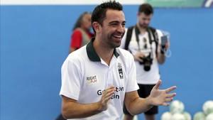 Xavi sigue demostrando su calidad con el balón en un reto