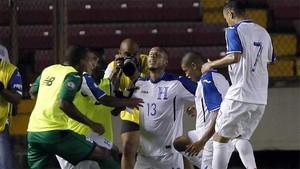 Los jugadores de Honduras celebran el gol de la victoria