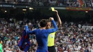 Messi y el colegiado, cara a cara