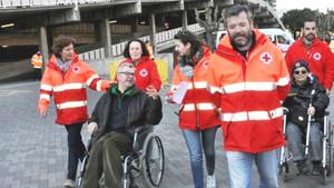 Voluntarios de la Cruz Roja ofreciendo el servicio Te Acompañamos a socios del Barça