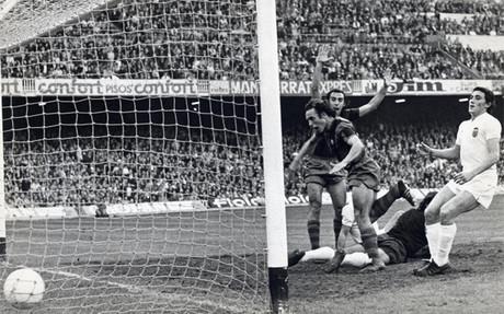Asensi y Clares celebran un gol en el estadio barcelonista