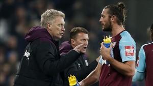 David Moyes da órdenes a Andy Carroll durante el partido contra el Leicester