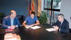 Edmilson, con �rscar Grau y Pau Vilanova, en el momento de firmar el acuerdo