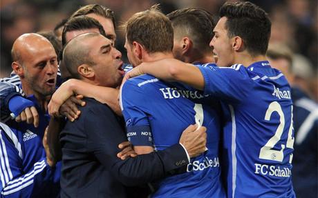 Roberto Di Matteo celebra junto a sus jugadores la ag�nica victoria