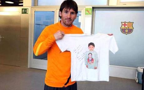 Messi pos� con una camiseta con la foto de Walid Kashash