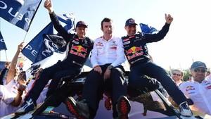 Peterhansel y su copiloto Cotrett, celebran el triunfo con Famin, de Peugeot