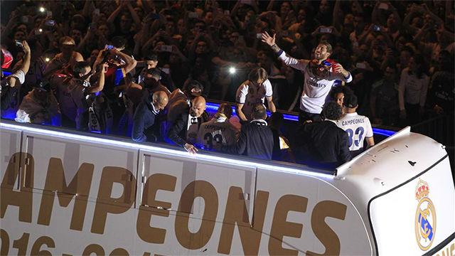Incidentes desde el bus en el que el Madrid celebró el título