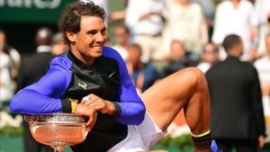Nadal celebra la victoria junto al décimo trofeo de Roland Garros