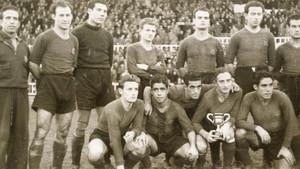 Equipo del FC Barcelona que se adjudicó la Copa Argentina en 1945. De izquierda a derecha: Mur (masajista), César, Velasco, Gonzalvo II (Josep), Curta, Sans y Elías. Agachados (mismo orden): Gonzalvo III (Marià), Bravo, Gamonal, Escolà y Martín