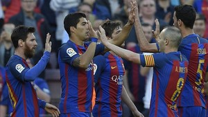 Iniesta, Messi y Suárez celebran un gol en el Camp Nou