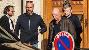 Dimitri Rybolovlev, a la derecha, saliendo de los juzgados de Mónaco