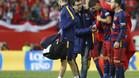 GRA342. MADRID, 22/05/2016.- El delantero del FC Barcelona Luis Su�rez (2-d) abandona el terreno de juego tras lesionarse, durante la final de la Copa del Rey ante el Sevilla que disputan esta noche en el estadio Vicente Calder�n, en Madrid. EFE/Javier Liz�n