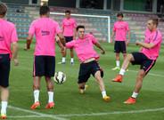 Leo Messi y Gerard Deulofeu disputan el balón en un rondo durante la pretemporada del Barça 2014/15
