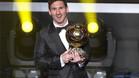 Lionel Messi, con el Balón de Oro