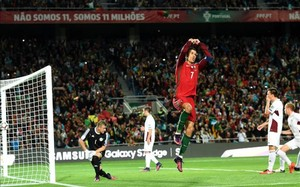 Cristiano celebra su primer gol, de penalti, ante Letonia