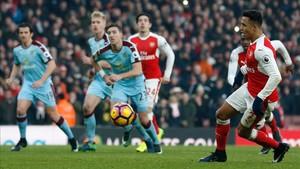 Alexis Sánchez transformó con este sutil toque el penalti que decidió el Arsenal - Burnley (2-1)