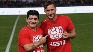 Maradona alabó a su amigo Totti, ahora que se acerca el fin de su longeva carrera