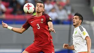 Pepe Lima y Andre Silva durante el partido de la Copa Confederaciones 2017 entre Portugal y México