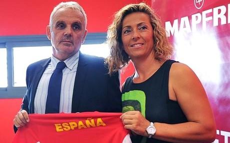 Gala Le�n, durante su presentaci�n junto al presidente de la RFET, Jos� Luis Esca�uela