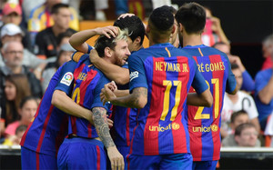 Los jugadores del Barça celebran el primer gol de Messi en el partido en Mestalla contra el Valencia