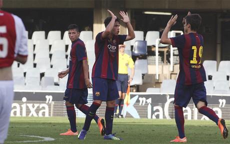 Los jugadores del Bar�a celebran uno de los goles