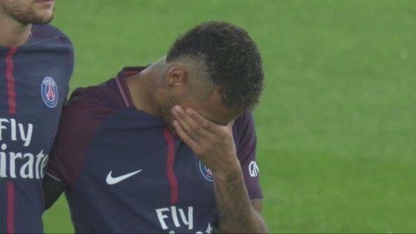 Neymar, emocionado en el minuto de silencio por los atentados