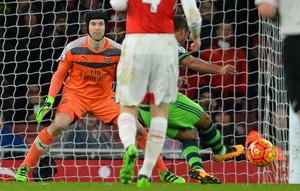 Cech agravó su lesión forzando ante el Swansea