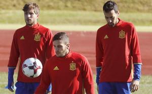 Sergio Busquets y Sergi Roberto durante un entrenamiento de la selección española