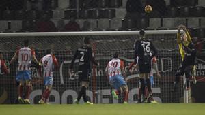 Achille Emaná, intentando un remate ante José Juan