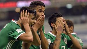 Los jugadores de México celebran la victoria