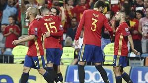 Los jugadores de la selección celebran el segundo gol de Isco