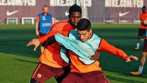 Samuel Umtiti y Luis Suárez en un entrenamiento del FC Barcelona