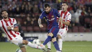 Leo Messi prueba el disparo ante el capitán de Olympiacos, Alberto Botía
