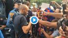 Andrés Iniesta firma autógrafos durante la gira 2017/18 del Barça por Estados Unidos