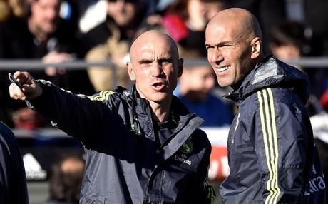 David Bettoni habla con Zidane durante un partido