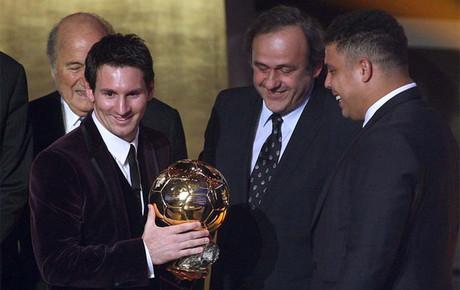 Messi, recibiendo de Ronaldo su tercer Bal�n de Oro